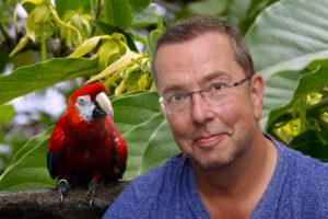 Porträt Dr. Mario Ludwig, mit rotem Ara